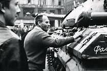 Fotografie z 21. srpna 1968, které se už  do novin nedostaly. Na této popisuje Antonín Kupka ruský tank křídou. Za ním je schovaný jeho synovec Václav radící mu s azbukou.