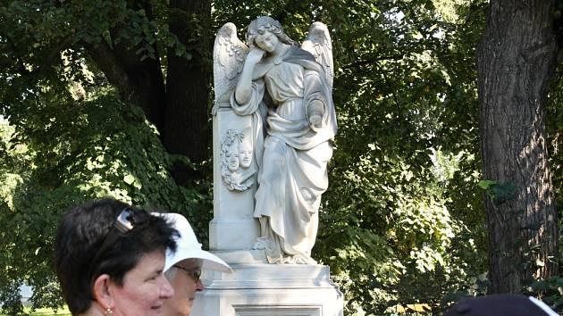 Došlo i na náhrobek J. K. Tyla, jenž se stal nedávno terčem vandalů. Andělovi stále chybí ruka.