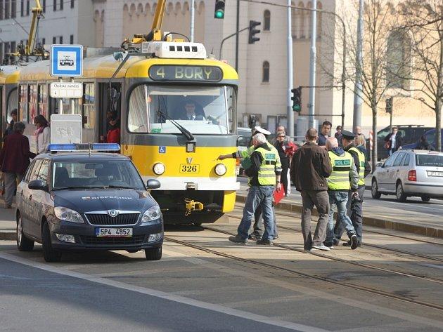 Na Chodském náměstí v Plzni srazila tramvaj ženu