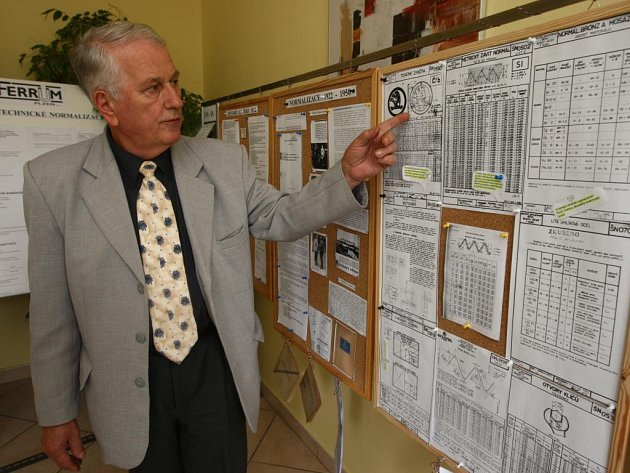 Odborník na normalizaci Josef Oboňa ukazuje jeden z panelů výstavy, která se v Plzni koná u příležitosti Mezinárodního dne normalizace
