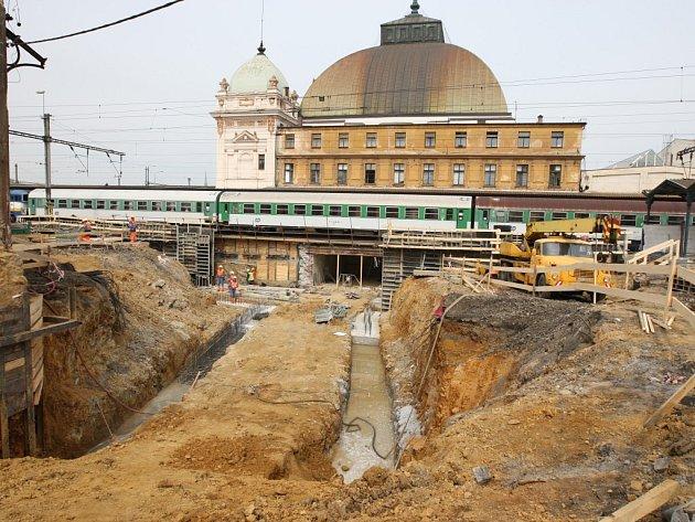 Příprava podchodů spojujících budovu hlavního nádraží v Plzni a Šumavskou a Železniční ulici je v plném proudu