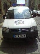Služební auto strážníků parkovalo ve čtvrtek v Jungmannově ulici na chodníku