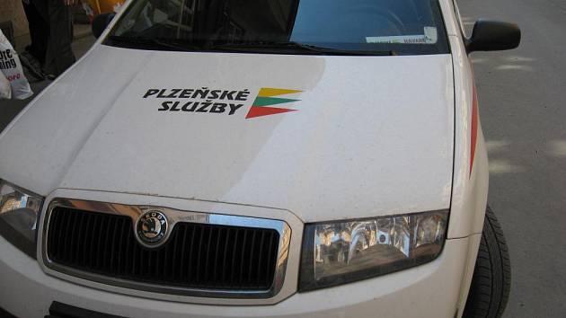 Vůz Plzeňských služeb v Sedláčkově ulici s parkovacím lístkem starým dva měsíce