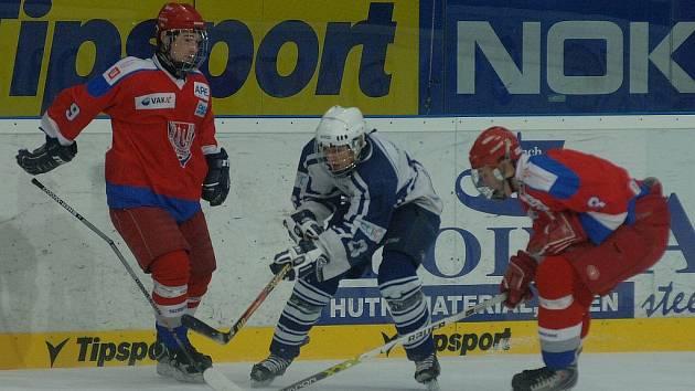 Extraligoví dorostenci Lasselsbergeru na domácím ledě nejprve porazili Kladno 6:2, ve druhém utkání ale podlehli 1:2 po samostatných nájezdech českobudějovickému Mountfieldu. Na snímku se obranou Českých Budějovic probíjí Radek Špiiler (uprostřed).