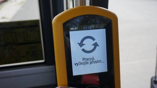 Ve vozech plzeňské MHD můžete platit bezkontaktní kartou