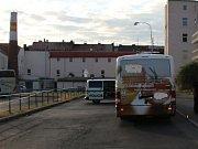 Couvající autobus srazil třiapadesátiletou ženu. Po nehodě místo uzavřela policie.