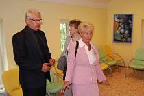 Ředitel léčebny Vladislav Žižka a hejtmanka Milada Emmerová v novém pavilonu