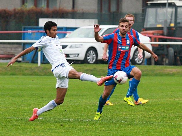Fotbalisté juniorského týmu FC Viktorie Plzeň (na archivním snímku v červenomodrých dresech) v jarní premiéře podlehli v Teplicích po vyrovnaném průběhu domácím hráčům 0:1.