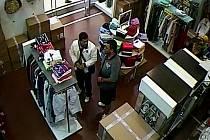 Jeden z mužů odlákal prodavačku, druhý zatím kradl