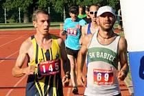V úvodním běhu  Zátopkova zlatého týdne zvítězil Jiří Miler (vlevo) před Radkem Brunnerem.
