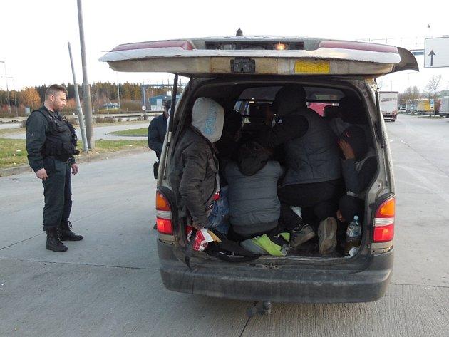 Patnáct Syřanů bez dokladů objevili letos na jaře celníci v malé dodávce na D5 u Rozvadova. Maďarský řidič uvedl, že Syřany vezl do Německa. Celníci všechny předali cizinecké policii