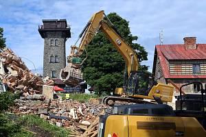Na hoře Čerchov na Domažlicku pokračuje demolice bývalých vojenských objektů. Hotovo by mělo být do konce července. Čerchov je s nadmořskou výškou 1041 metrů nejvyšším bodem celého Českého lesa.