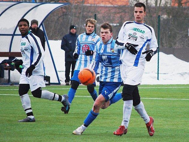 Fotbaloví starší dorostenci Viktorie Plzeň (modré dresy) se stali vítězi memoriálu Vlastislava Marečka.