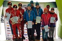 Trio starších dorostenců Sport Clubu Plzeň (uprostřed zleva) Martin Kočandrle, Adam Horník a Ondřej Zuna si na stupních vítězů vychutnává vítězství v mistrovském závodě štafet.