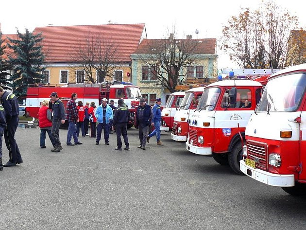 Na soutěži v Dobřanech bojovalo celkem sedmnáct sdružení dobrovolných hasičů. Náměstí tak bylo plné zasahujících vozů, které byly centrem pozornosti