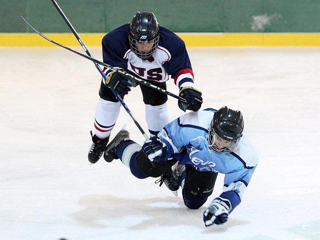 Hokejisté žákovského výběru USA si letos prvenství na Lekov Cupu nenechali uniknout. Snímek je ze semifinálového souboje s ruským St. Peterburgem