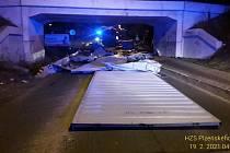 Kamion se nevešel pod železniční most.