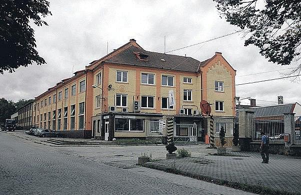 Továrna vyrostla u vlakového nádraží