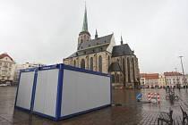 Třicítka kontejnerů, které se v posledních dnech objevily v ulicích Plzně, v pátek konečně poprvé ožila