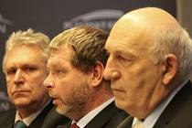 Se starosty se sešli (na snímku zleva) ředitel závodu Berounka Povodí Vltavy Miloň Kučera, hovořící generální ředitel Povodí Vltavy Petr Kubala a hejtman Václav Šlajs