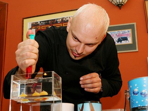 Molekulární kuchyně na první pohled připomíná chemickou laboratoř. Jejím cílem je hlavně šokovat nelogickým  spojením tvarů a chutí. Petr Koukolíček na festivalu předvede například přeměnu tekutého džusu do kuličky