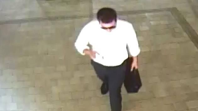 Podvod s půjčkou. Muž ve věku okolo 30 let, světlé pleti, krátce střižených hnědých vlasů a na očích měl nasazeny sluneční brýle.