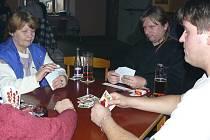 ÚČAST BYLA VELIKÁ. Celkem šedesát hráčů zasedlo s kartami ke stolu.