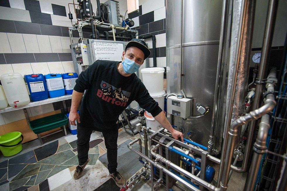 Fáze chmelovaru (tzv. svaření sladiny s chmelem) vytvoří mladinu. Ta putuje z varného kotle do tohoto chladícího zařízení.