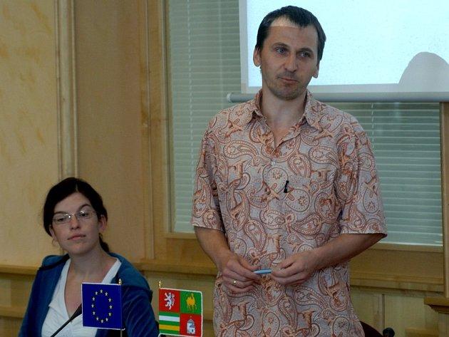 Ředitel Diakonie Českobratrské církve evangelické Roman Hajšman představuje projekt Cihla