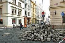 Sedláčkova ulice. Její rekonstrukce Plzeňany čeká. Snímek je z doby před dvěma lety, kdy se rekonstruovala její sousedka Riegrova