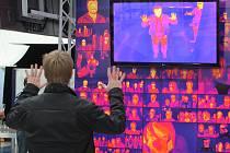Termokamera návštěvníkům Techmanie ukáže, kudy se z těla uvolňuje nejvíce tepla. Jde o exponát, který chce zábavnou formou ukázat, s čím pracují vědci Centra nových technologií a materiálů.   Foto: Deník/V. Leška