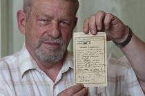 Úmrtní list atentátníka Gavrilo Principa drží v rukou ředitel Západočeského muzea František Frýda