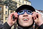 Pozorování částečného zatmění Slunce na Masarykově náměstí v Plzni