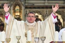 Tomáš Holub přijal v sobotu dopoledne biskupské svěcení.