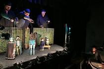 Plzeňské Divadlo Alfa uvedlo v úterý v české premiéře srdceryvný příběh Jenovéfa z repertoáru kočovných loutkářů. Autorem adaptace, režisérem i výtvarníkem je Tomáš Dvořák. Nechybějí půvabné loutky vyrobené z obyčejných věcí nalezených v garáži či v domác