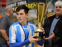 Pohár pro vítěze turnaje Final4 přebírá futsalista a kapitán týmu Interobalu Plzeň U19 Dušan Künstner.