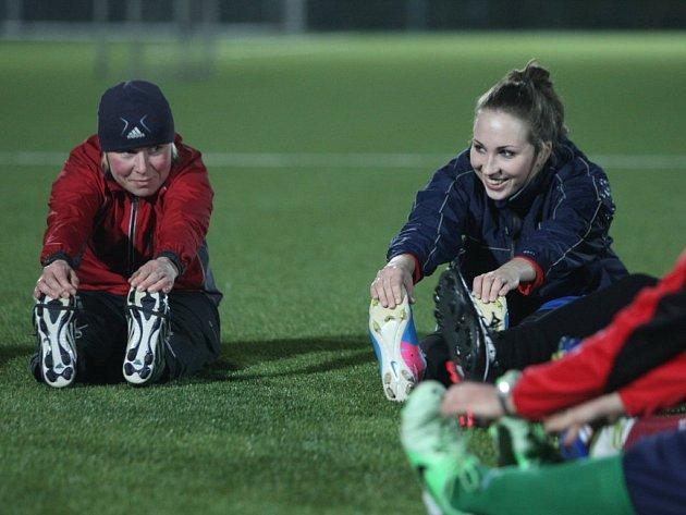 Fotbalistky Viktorie Plzeň už téměř celý leden nabírají kondici. Na snímku se rozcvičují brankářka Barbora Votíková (vpravo) a obránkyně Magdaléna Ostrochovská
