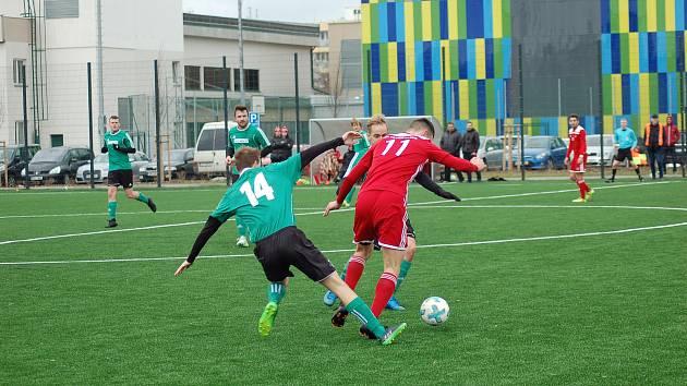 Z březnového souboje mezi Petřínem (v červeném) a Rokycany (hráči v zelených dresech). Tento duel vyhrály Rokycany 2:0.