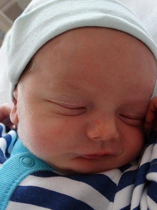 Maminka Eva porodila 23. srpna ve 4:37 svému přítelovi Petrovi Uchytilovi jmenovce. Nový občánek Štěnovic vážil po příchodu na svět ve FN Plzeň 3 000 gramů a měřil 48 centimetrů
