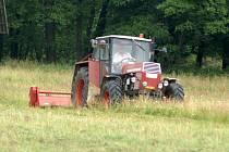 Po louce, nedaleko které má u Míšova stát radarová základna, zatím může jezdit traktor. Mohou ale nastat chvíle, kdy už sem smět nebude