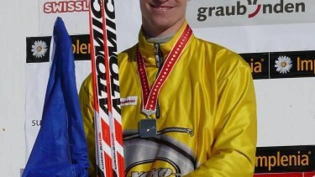 Ondřej Vodrážka si  už s medailí na krku vychutnává  na stupních vítězů druhé místo v  krátkém závodě na mistrovství  Evropy ve  Švýcarsku