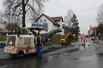 Husovou ulicí v Blovicích už také řidiči neprojedou. Po položení kanalizace se ale konečně dočkají i opravy povrchu