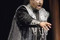 Tenorista Sergej Ljadov z Ruska přijal od nové sezony angažmá v plzeňském Divadle J. K. Tyla. Na scéně Velkého divadla v Plzni už vytvořil Verdiho Otella (na snímku), vystupoval i v Metropolitní opeře v New Yorku