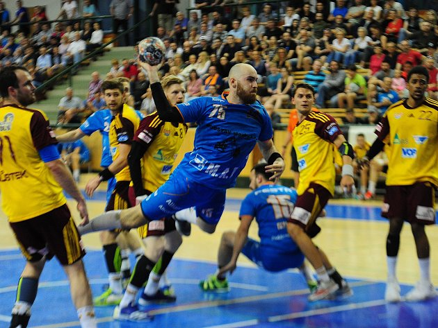 1. utkání play off extraligy házené mezi celky Talent Robstav M.A.T. Plzeň a HC Dukla Praha 14. dubna v Plzni. Jakub Šíra.