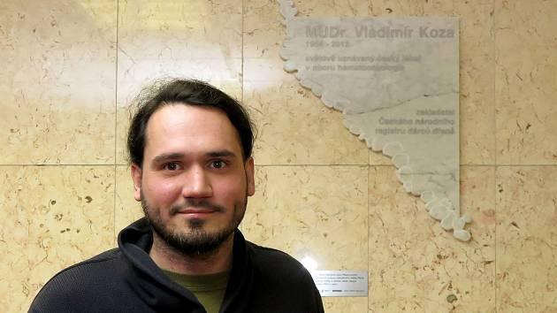 Pamětní desku zhotovil plzeňský sochař Vojtěch Soukup.