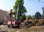 31. srpna 2002, stavba nového trakčního vedení pro tramvaje v prostoru U Zvonu