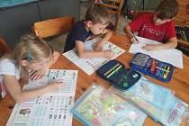 Šestiletá dvojčata Natálka a Oliver se učí s devítiletým Sebastianem.