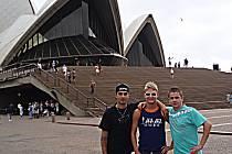 Filip Šitera společně se švédským závodníkem Fredrikem Lindgrenem (uprostřed) a jeho mechanikem před světoznámou budovou opery v Sydney