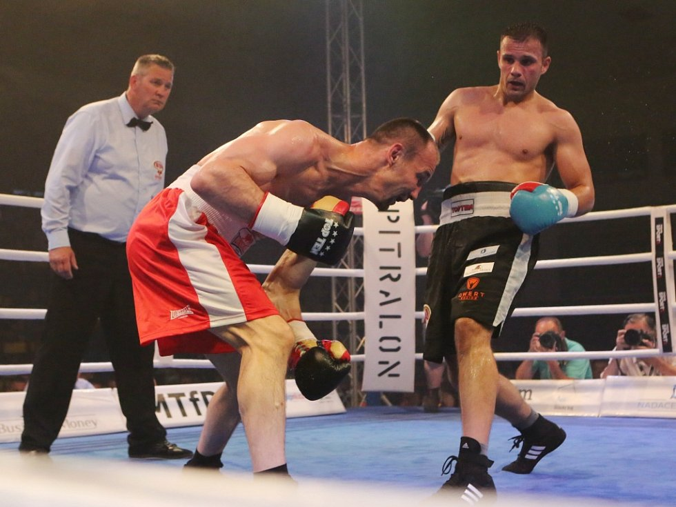 Štěpán Horváth (vpravo) porazil Maďara Ference Hafnera před časovým limitem a obhájil pás mistra Evropy WBO.