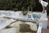 Tomáš Kotora u nepoužívaného  venkovního bazénu na Lochotíně. Podle úřadu má bazén šanci na opravu